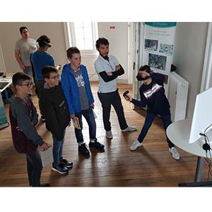 Des jeunes testant les outils 3D d'OREKA Ingénierie
